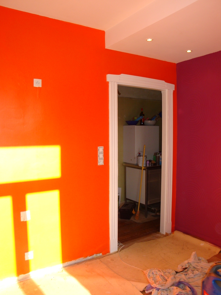 Cuisine blanc mur fushia for Peinture blanc orange salon